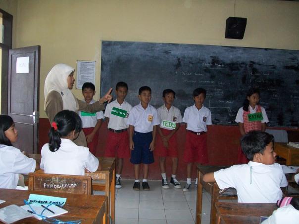 Pengenalan dan Pemberian Materi PLS di Kelas